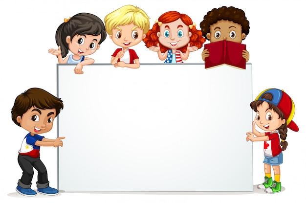 Cadre avec des enfants heureux souriant Vecteur gratuit