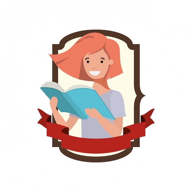 Cadre avec fille étudiante et livre de lecture Vecteur gratuit