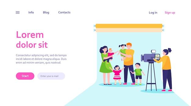 Caméraman Filmant Une Grande Scène De Famille En Studio. Parents Et Enfants Posant Pour Le Modèle Web De Caméra. Vecteur gratuit