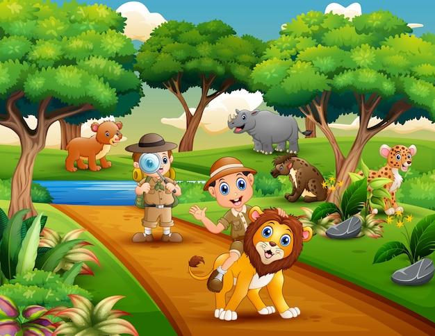 Caricature de deux explorateur avec des animaux dans la jungle Vecteur Premium