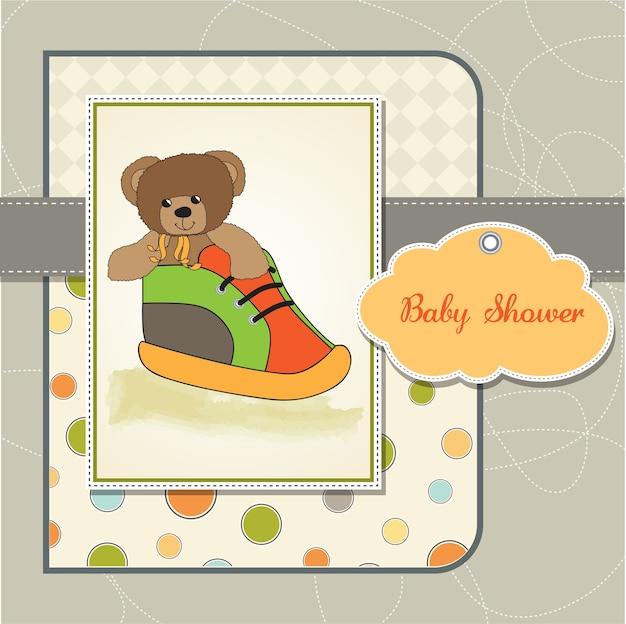 Carte de naissance avec ours en peluche cachée dans une chaussure Vecteur Premium