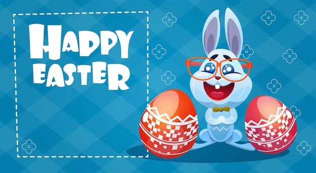 Carte de voeux des oeufs décorés de lapin de vacances de pâques de lapin Vecteur Premium