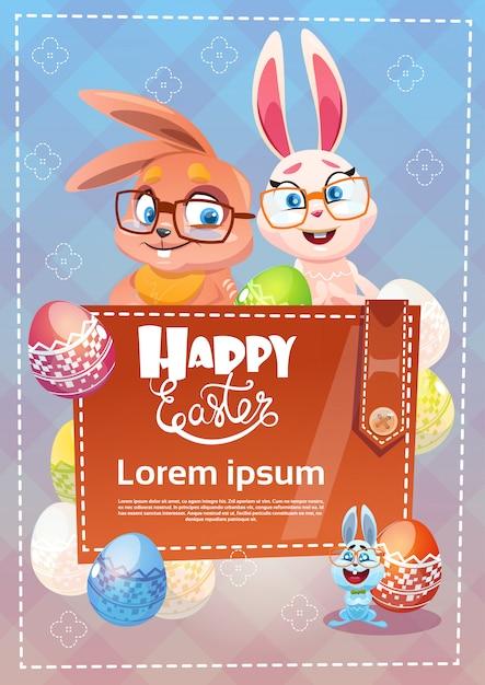 Carte de voeux de symboles de vacances de pâques de lapin décoré d'oeufs colorés Vecteur Premium
