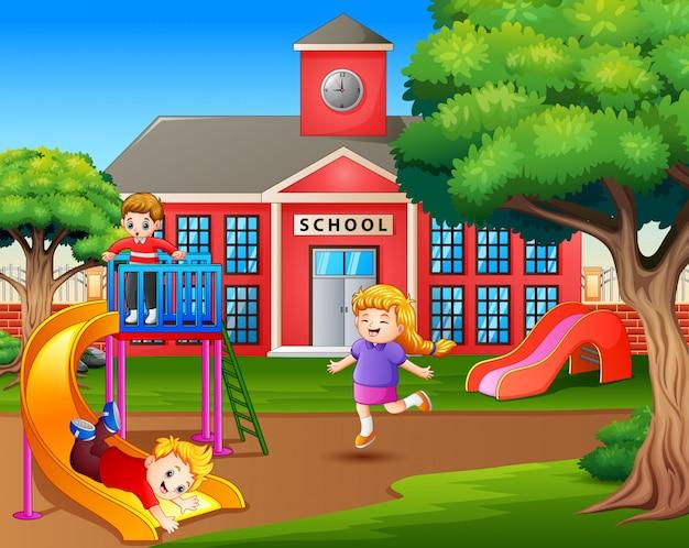 Cartoon Enfants Jouant Dans La Cour D'école Vecteur Premium
