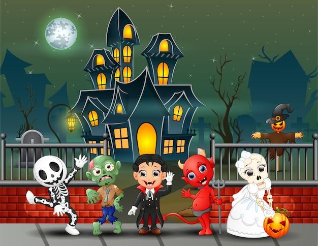Cartoon happy kids le jour d'halloween Vecteur Premium