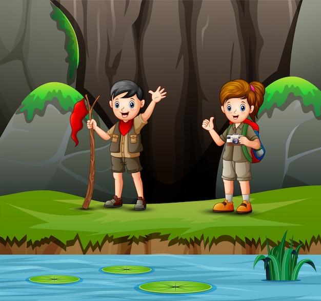 Cartoon scout et fille dans la nature Vecteur Premium