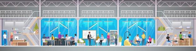 Centre De Co-working Créatif En Style Loft. Sourire De Jeunes Gens Travaillant Sur Des Ordinateurs Portables Dans Une Zone De Travail Partagé. Espace Ouvert Moderne Ou Lieu De Travail Partagé. Vecteur Premium