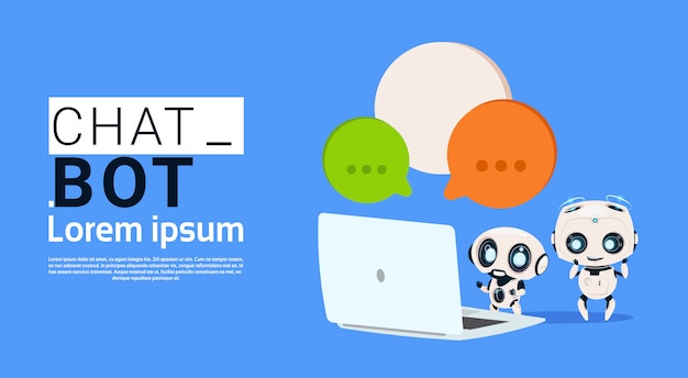 Chat bot robots utilisant un ordinateur portable et tenant une bannière de bulles de parole avec espace de copie, chatter ou chat Vecteur Premium