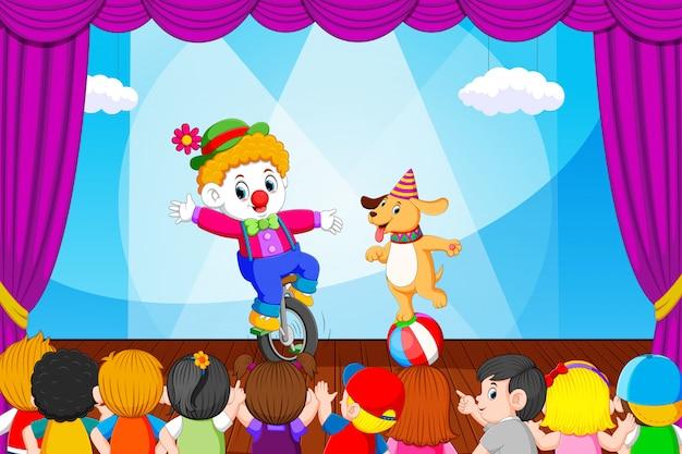 Les clowns et creusent faisant les attractions devant leurs amis Vecteur Premium