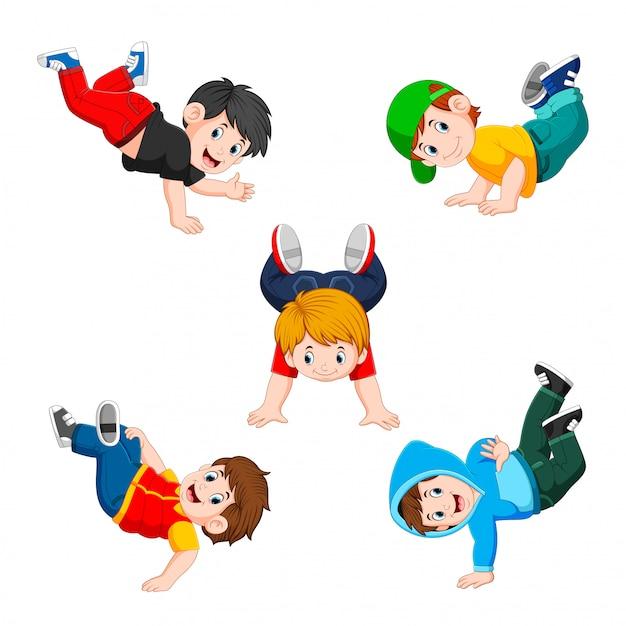 La collection du garçon faisant de l'exercice avec les différentes poses Vecteur Premium