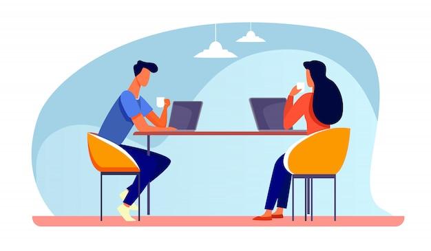 Collègues Discutant Du Projet Pendant La Pause-café Vecteur gratuit