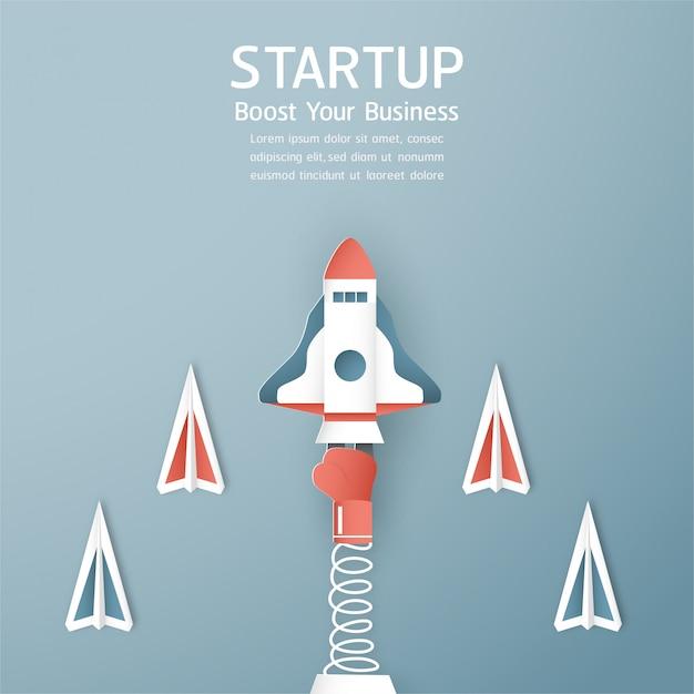 Concept de démarrage dans le style de papier découpé, artisanat et origami. la fusée vole sur le ciel bleu. Vecteur Premium