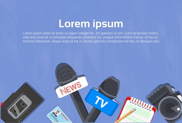 Concept d'équipement de journaliste vue de dessus de cahier, microphones, magnétophone Vecteur Premium