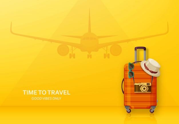 Concept De Voyage Avec Valise, Lunettes De Soleil, Chapeau Et Appareil Photo Sur Fond Bleu. Avion Volant à L'arrière. Vecteur Premium