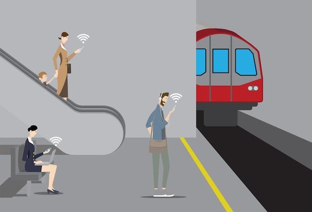 Concept De Wifi Gratuit Public. Les Passagers Utilisent Leurs Appareils Mobiles Sur La Plate-forme Du Métro. Vecteur Premium