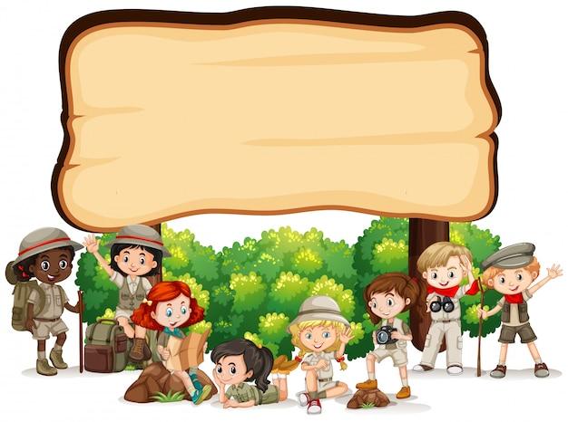 Conception De Modèle De Bannière Avec Des Enfants En Tenue De Plein Air Vecteur gratuit