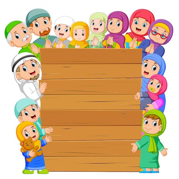 Le Conseil D'administration Avec La Famille Musulmane Qui L'entoure Vecteur Premium
