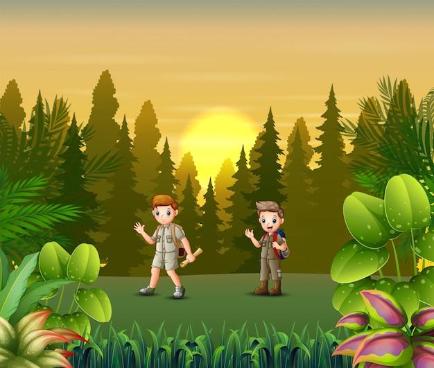 Coucher de soleil paysage avec des scouts en forêt Vecteur Premium
