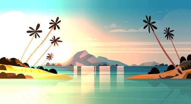 Coucher de soleil tropical au bord de mer incroyable paysage exotique de plage avec palmiers et rochers Vecteur Premium