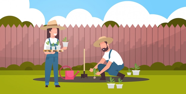 Couple D'agriculteurs Plantant De Jeunes Plants Plantes Fleurs Et Légumes Homme Femme Travaillant Dans Le Jardin Eco Concept Agricole Arrière-plan Arrière-plan Plat Pleine Longueur Horizontale Vecteur Premium