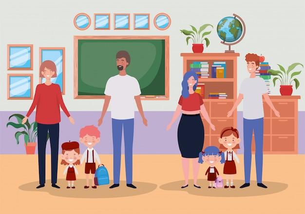 Couple enseignant avec petits élèves enfants dans la salle de classe Vecteur gratuit