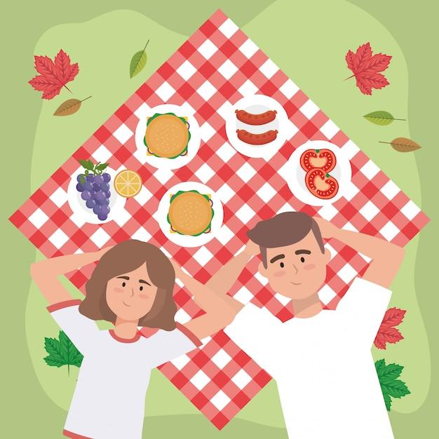 Couple de femmes et d'hommes avec des hamburgers et des saucisses Vecteur gratuit