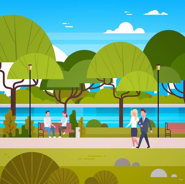 Couple de gens d'affaires à pied dans le magnifique parc urbain se détendre en plein air Vecteur Premium