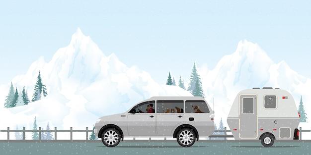 Couple heureux au volant d'une voiture sur la route en hiver Vecteur Premium