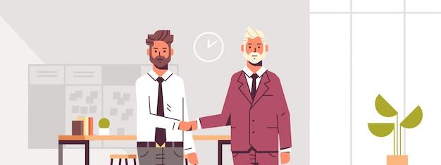 Couple, Hommes Affaires, Poignée Main, Partenaires, Poignée Main, Pendant, Réunion, Accord, Partenariat, Collègues, Debout, Dans, Co-working Centre Vecteur Premium
