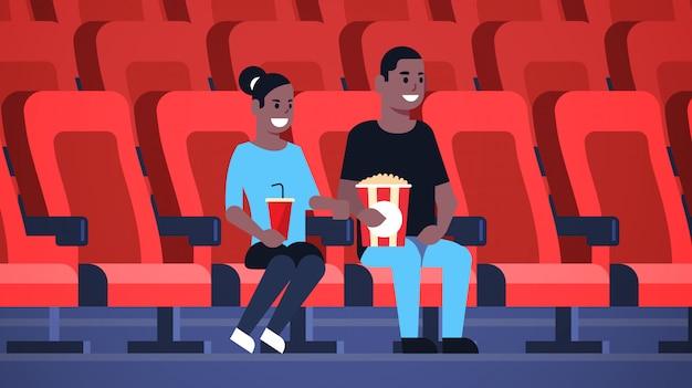Couple, Regarder Film, Séance Cinéma, à, Pop-corn, Et, Cola, Homme Américain Africain, Avoir, Date, Et, Rire, à, Nouvelle Comédie, Plat, Pleine Longueur, Horizontal Vecteur Premium