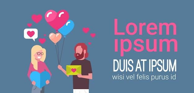 Couple tenant des cadeaux et des ballons à air en forme de coeur, modèle de concept de jour de vacances de saint valentin Vecteur Premium