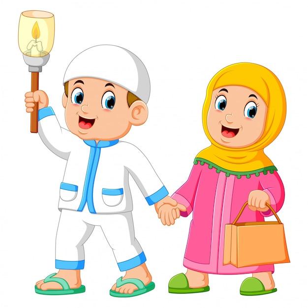 Couples musulmans marchant et tenant le flambeau Vecteur Premium