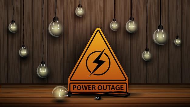 Coupure de courant, logo d'avertissement jaune sur l'arrière-plan du mur en bois et des ampoules ternes Vecteur Premium