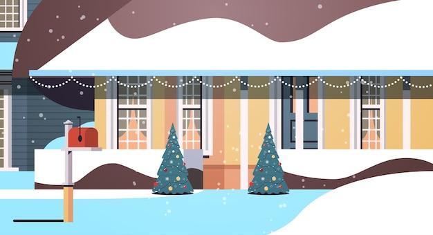 Cour De Maison Couverte De Neige Dans La Construction De Maisons De Saison D'hiver Avec Des Décorations Pour Le Nouvel An Et Illustration Vectorielle Horizontale De Célébration De Noël Vecteur Premium