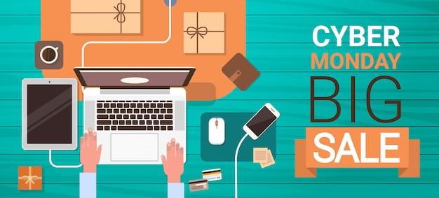 Cyber monday big sale banner avec les mains en tapant sur un ordinateur portable, en ligne banner angle view Vecteur Premium