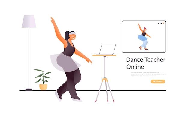 Danseuse Faisant Des Exercices De Danse Tout En Regardant Le Programme De Formation Vidéo En Ligne Avec Le Concept D'entraînement De Professeur De Danse Vecteur Premium
