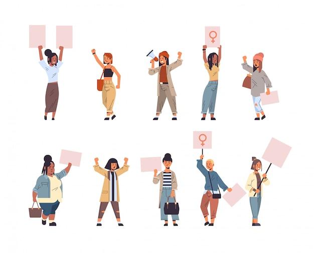 Définir Les Militants De La Course De Mélange Qui Protestaient En Tenant Des Pancartes Avec Le Signe Du Genre Féminin Démonstration Féministe Mouvement De Puissance Des Filles Protection Des Droits Concept D'autonomisation Des Femmes Pleine Longueur Vecteur Premium