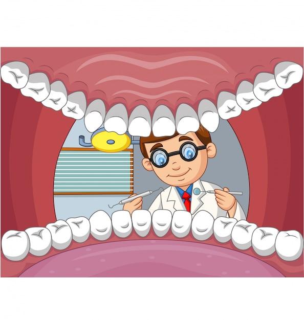 Dentiste de dessin animé vérifier la dent dans la bouche ouverte du patient Vecteur Premium