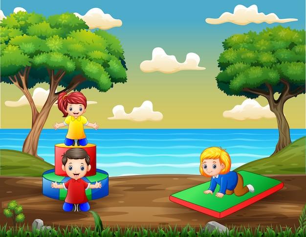 Dessin Animé Enfants S'amusant Au Terrain De Jeux Vecteur Premium