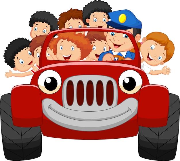 Dessin animé petit enfant heureux avec une voiture rouge Vecteur Premium