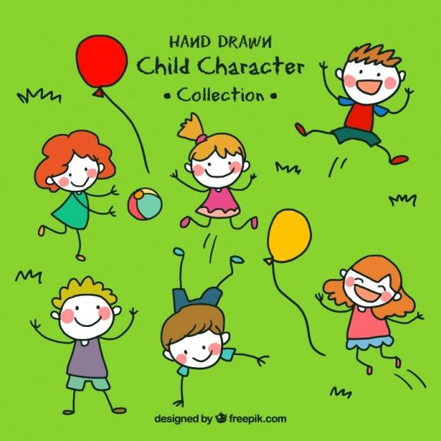 Dessinés à la main des enfants qui jouent dans l'herbe Vecteur gratuit