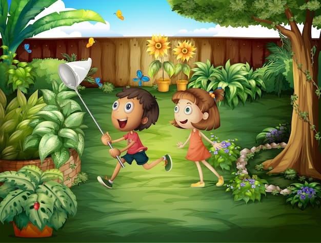 Deux amis attrapant des papillons dans la cour Vecteur gratuit