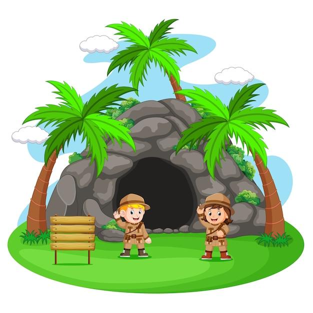 Deux aventuriers devant la grotte Vecteur Premium