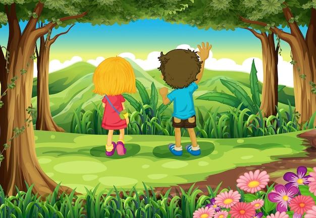 Deux enfants à la forêt en regardant les montagnes Vecteur gratuit