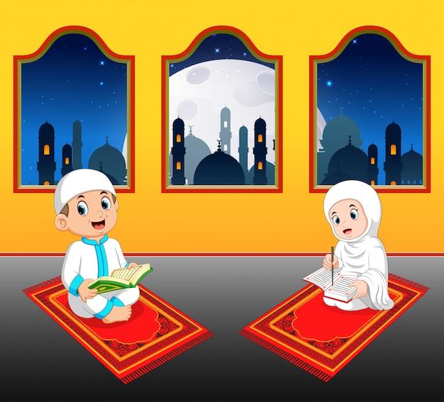 Les deux enfants lisent al coran sur leur tapis de prière près de la fenêtre Vecteur Premium