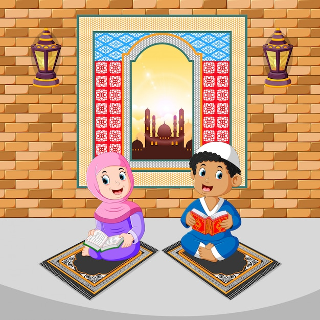 Les deux enfants lisent et prient avec le visage heureux du ramadan Vecteur Premium