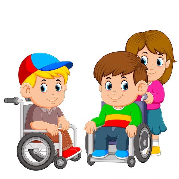 Les deux garçons utilisent le fauteuil roulant avec la jeune fille le pousse Vecteur Premium