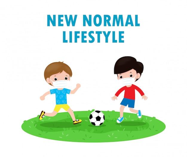 Deux Petit Garçon Portant Un Masque Facial Jouant Au Football Sur Un Nouveau Concept De Mode De Vie Normal. Vecteur Premium