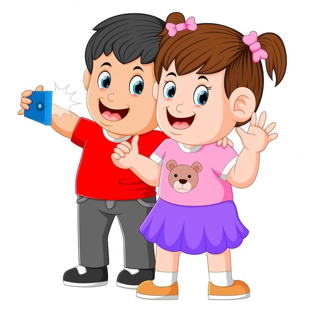 Deux petits enfants prennent un selfie parfait Vecteur Premium