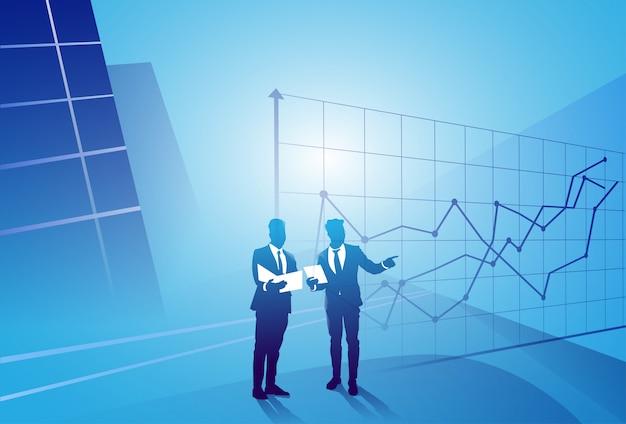 Deux, silhouette, homme affaires, discussion, discuter, rapport, document, document, graphique, finance, concept, réunion, homme affaires Vecteur Premium